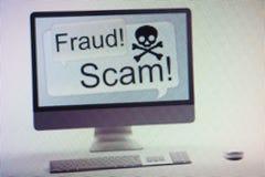 Computador que indica a fraude do Internet e o aviso do embuste na tela Fotografia de Stock Royalty Free