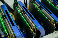 Computador que trabalha para a mineração do bitcoin Foto de Stock Royalty Free