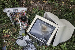Computador quebrado na grama Fotografia de Stock Royalty Free