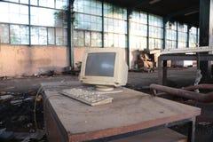 Computador velho na fábrica arruinada fotos de stock