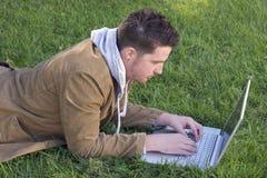 Computadora portátil adolescente imagen de archivo