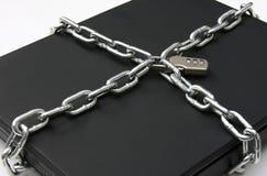 Computadora portátil asegurada con el bloqueo y el encadenamiento Imagen de archivo libre de regalías