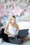 Computadora portátil atractiva del wth de la muchacha Foto de archivo libre de regalías