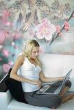 Computadora portátil atractiva del wth de la muchacha Imagenes de archivo