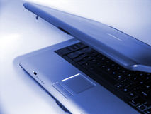 Computadora portátil azul Foto de archivo