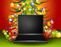 Computadora portátil bajo el árbol de navidad Foto de archivo libre de regalías