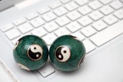 Computadora portátil blanca con las bolas de yang del yin en un teclado. Fotografía de archivo libre de regalías