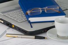 Computadora portátil blanca, diario, vidrios Fotografía de archivo
