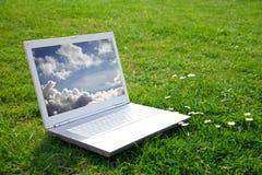 Computadora portátil blanca en parque Fotos de archivo