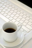 Computadora portátil blanca y café sólo Foto de archivo