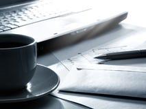Computadora portátil, café, papeles y pluma Foto de archivo