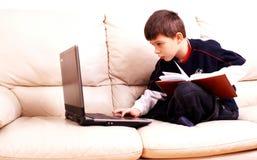 Computadora portátil, calendario y muchacho Foto de archivo libre de regalías