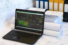 Computadora portátil cerca de la pila de gráficos del proyecto Fotografía de archivo libre de regalías