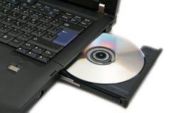 Computadora portátil con DVD cargado Imagen de archivo