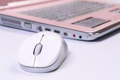 Computadora portátil con el primer del ratón Imagen de archivo libre de regalías
