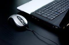 Computadora portátil con el ratón Imágenes de archivo libres de regalías
