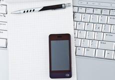 Computadora portátil con el teléfono móvil de alta tecnología. Foto de archivo