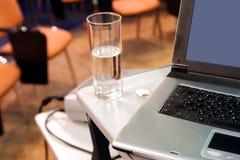 Computadora portátil con el vidrio en la presentación Fotografía de archivo libre de regalías
