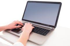 computadora portátil con la mano 1 aislada fotos de archivo libres de regalías