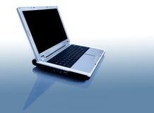 Computadora portátil con la reflexión fotografía de archivo libre de regalías