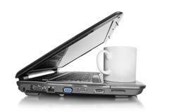 Computadora portátil con la taza Imágenes de archivo libres de regalías