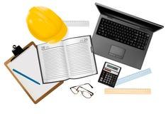 Computadora portátil con las herramientas para el diseño arquitectónico. Fotografía de archivo