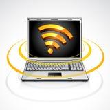 Computadora portátil con símbolo de la alimentación de los rss ilustración del vector