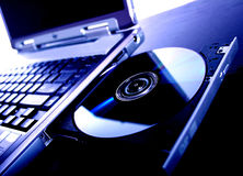 Computadora portátil con un dvd del disco Fotos de archivo libres de regalías