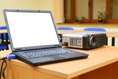 Computadora portátil conectada con el proyector en el vector Foto de archivo