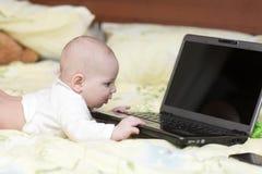 Computadora portátil conmovedora del bebé Imagen de archivo libre de regalías