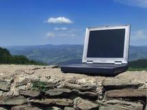 Computadora portátil contra el cielo Imagen de archivo libre de regalías