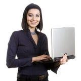Computadora portátil de la explotación agrícola de la mujer de negocios fotografía de archivo libre de regalías