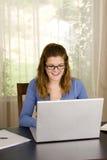 Computadora portátil de la muchacha Imagen de archivo libre de regalías