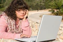 Computadora portátil de la muchacha Foto de archivo