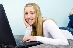 Computadora portátil de la muchacha Imagen de archivo