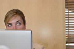 Computadora portátil de la mujer curiosa fotos de archivo libres de regalías