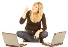 Computadora portátil de la mujer joven Fotografía de archivo libre de regalías