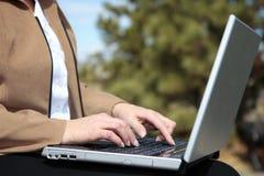 Computadora portátil de la mujer que trabaja fuera de #2 Foto de archivo libre de regalías