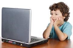 Computadora portátil de la pizca del niño foto de archivo