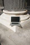 Computadora portátil de plata sola en columna Foto de archivo libre de regalías