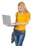 Computadora portátil de trabajo de la muchacha del estudiante Imagen de archivo libre de regalías