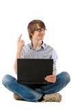 Computadora portátil del hombre joven. ¡Tiene idea! Foto de archivo libre de regalías