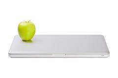 Computadora portátil delgada moderna con la manzana verde fotografía de archivo