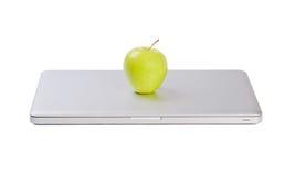 Computadora portátil delgada moderna con la manzana verde foto de archivo