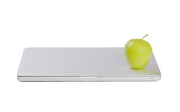 Computadora portátil delgada moderna con la manzana verde imagen de archivo libre de regalías