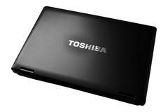 Computadora port?til y logotipo de Toshiba Fotografía de archivo