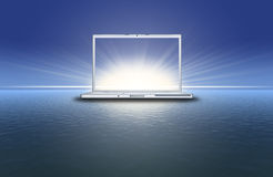 Computadora portátil en blanco en la puesta del sol en el mar azul stock de ilustración