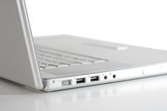 Computadora portátil en blanco-sideview fotos de archivo libres de regalías