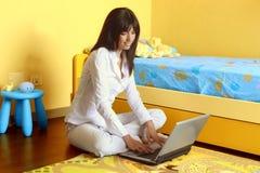 Computadora portátil en dormitorio Imagen de archivo libre de regalías
