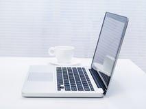 Computadora portátil en el escritorio Foto de archivo